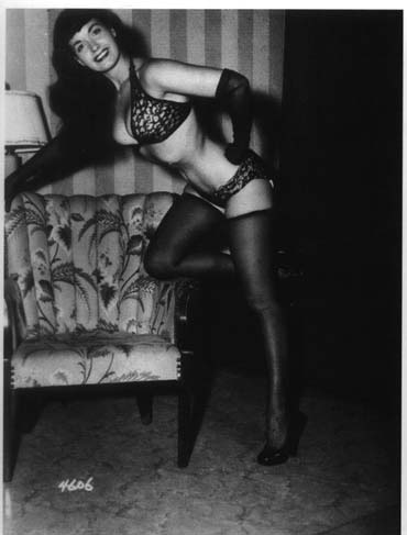 Bettie Page - am Sofa lehnend