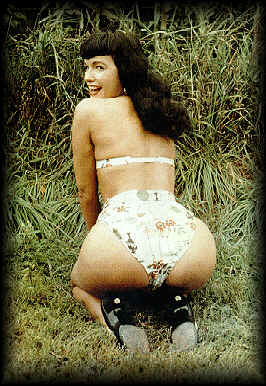 Bettie Page - kniend