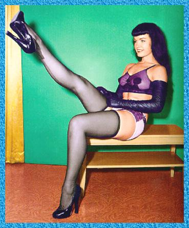 Bettie Page - auf Bank